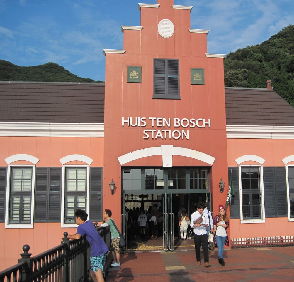 This is the 'Huis Ten Bosch' JR railway station. You can go to the HTB entrance by walk on bridge.