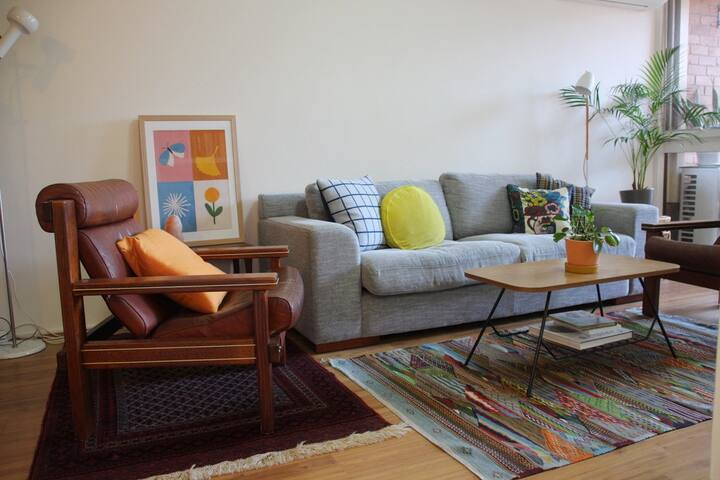 Light-filled queen bedroom, private flat near CBD