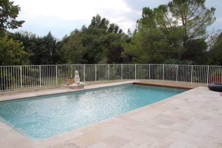 chambre dans mas avec parc paysagé et piscine - House