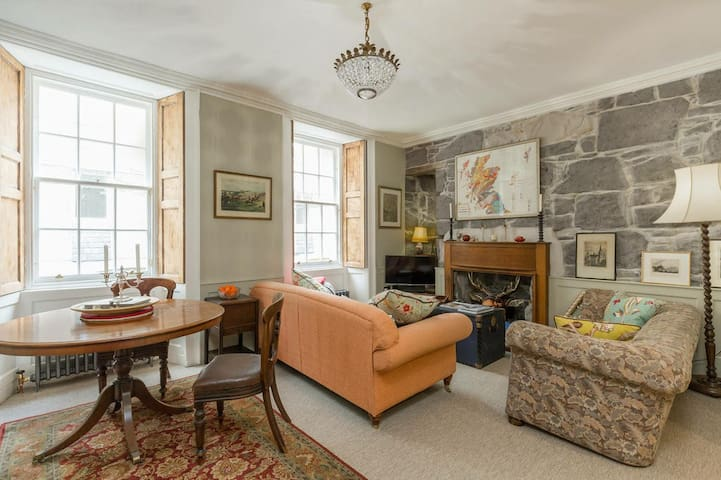 Heart of Rose Street Quirky Antique Apartment