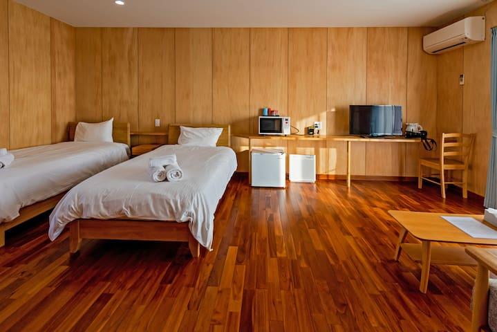 シングルベッド×2 冷蔵庫、電子レンジ、TV
