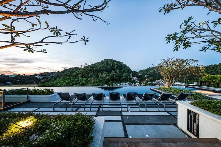 A Luxury Room with a Roof Top Pool & Gym in Town - Phuket - Selveierleilighet