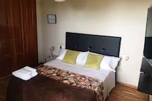 Habitación cama matrimonio 150cm. con baño privado en suit, TV, wiffi, aire acondicionado y terraza con vistas al mar