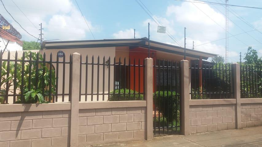Habitación privada en casa Los Robles - Managua - Huis
