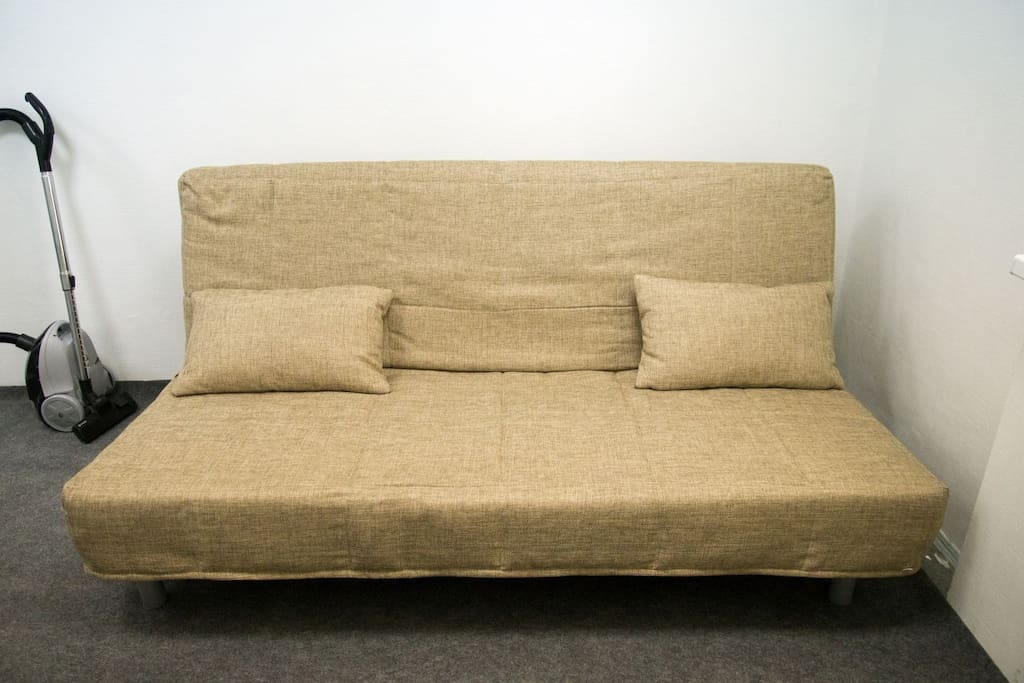 Самое главное - широкий и удобный, полноценно заменяет двухспальную кровать