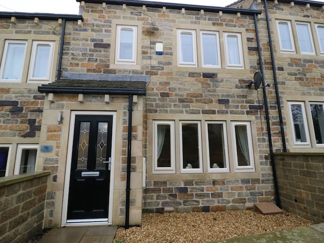 Newly Furnished, Modern Town House Shepley