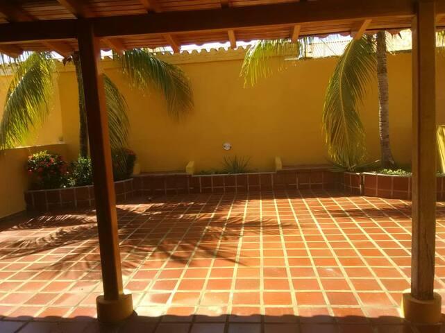 Casa Familiar con Parrillera en Ciudad Flamingo.
