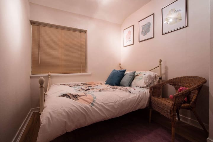 Clean & Cosy Travel-Themed Bedroom. - Birmingham