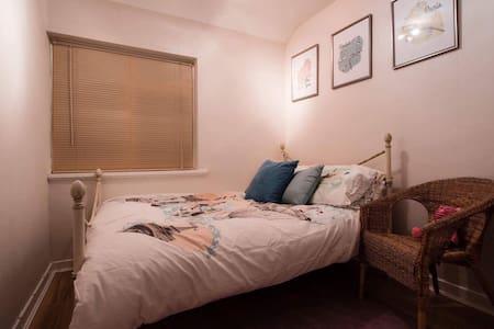 Clean & Cosy Travel-Themed Bedroom. - Birmingham - Huis