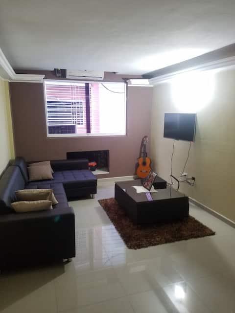 Apartamento totalmente amoblado, con estacionamiento, ubicación céntrica y muy seguro