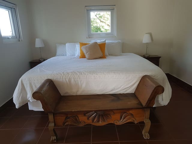 WEST BAY Luxury room for 6 GUESTS/ SHUTTLE FREE OW