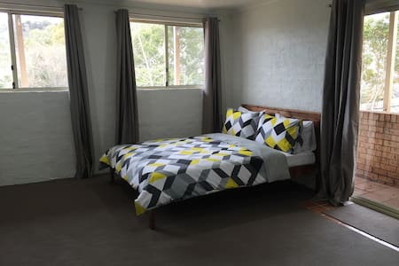 Big Retreat room with Ensuite with queen bed. - Theodore - Ház