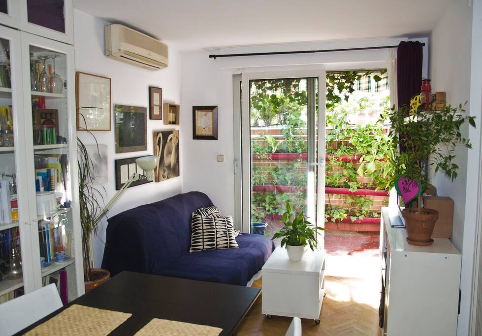 Salón que cuenta con un sofá cama de matrimonio. Esta habitación, tal y como se ve en la parte superior izquierda tiene aire acondicionado.
