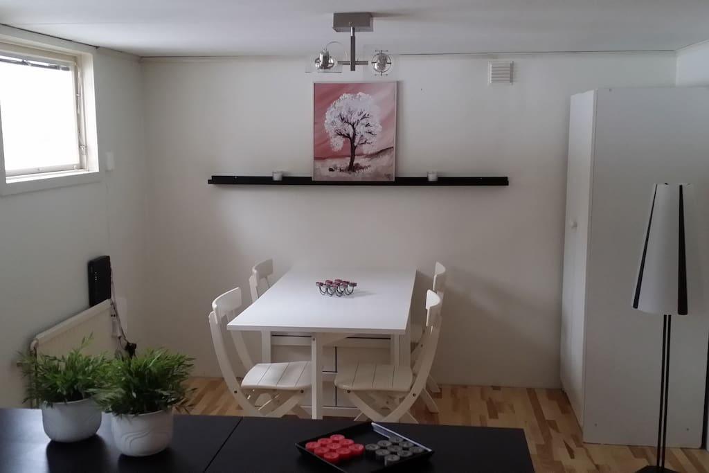 Matplatsens möblering i vardagsrummet om dubbelsängen inte används.