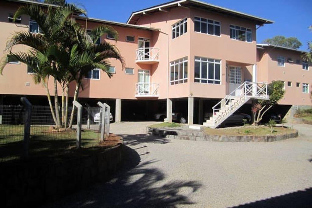 Vista de frente do condomínio Morada Vó Dedê, onde fica localizada a Pousada Floripa Inn. Com ótima localização central em Florianópolis e a 200m do CTC da UFSC (Centro Tecnológico da Universidade Federal de Santa Catarina).