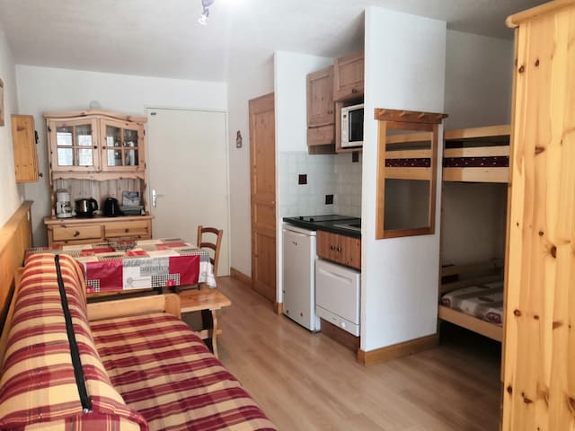 Nice 4pers apartment. renovated in mountain style in a quiet residence with ski-to-door departure