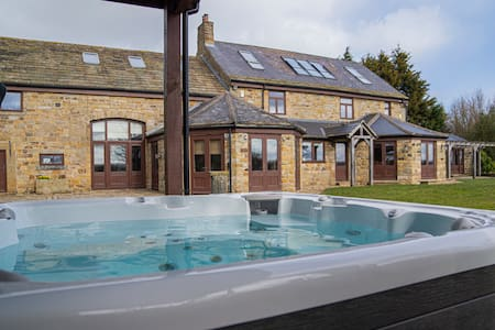 Willow House Farm - Sleeps 16 with Hot Tub
