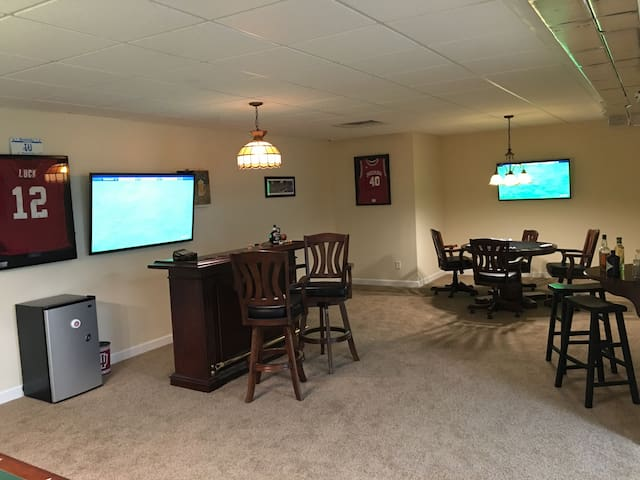 Fun 2br Basement W/Pool Table & Bar - Bloomington - Hus