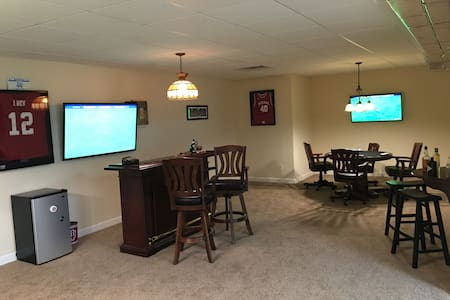 Fun 2br Basement W/Pool Table & Bar - Bloomington