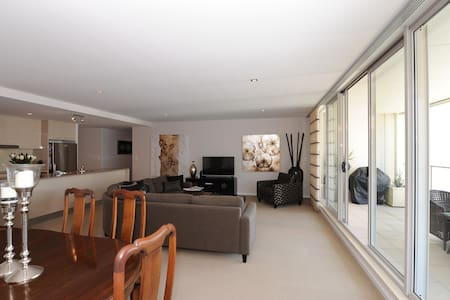 Private bed & bathroom in lux executive apartment - Newcastle - Pis