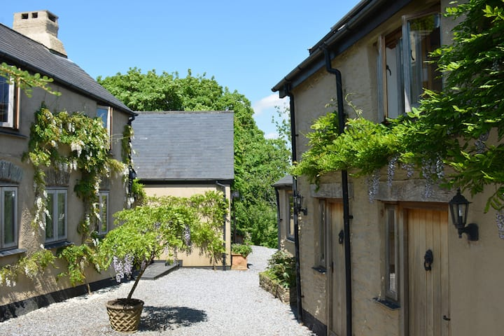 Kerswell Farmhouse - Top 10 UK B&B - Gosden Suite