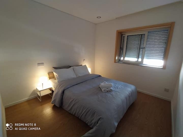 Suíte individual com cama casal e ar condicionado