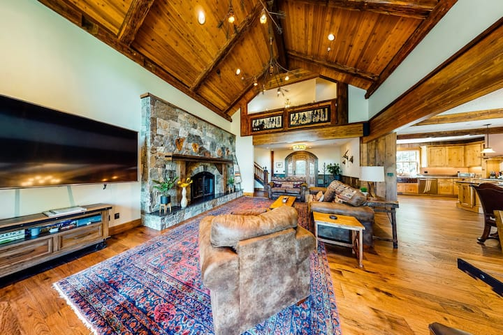 Luxurious mountain chalet w/ private hot tub & three fireplaces, close to skiing