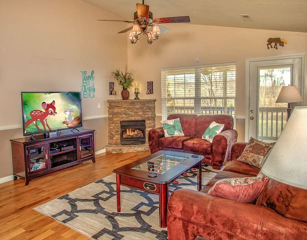Cozy River Edge Home w/hot tub & mins from strip!