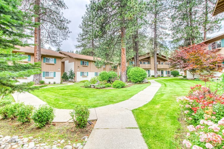 New listing! Bright, ground-floor condo w/ patio, close to hiking/downtown!