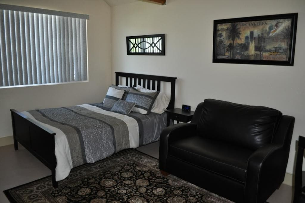 Queen bed, with a sofa that pulls out to a twin sized sleeper