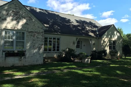 GLENMOORE FARM ~ spacious room with ensuite - Hopewell - Casa