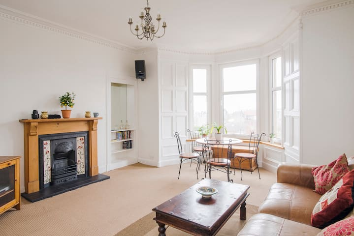GREAT TWO-BEDROOM FLAT, DUNDEE WEST END