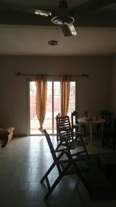 salon salle à manger et baie vitrée coucher du soleil pas de vis-à-vis vue dégagée pas de voisin au-dessus