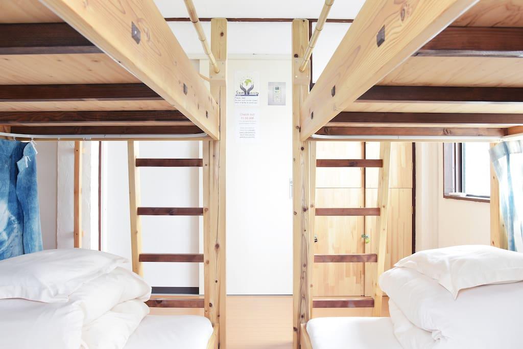 Each bed surrounded by curtain and has electric socket and bed light ベッドひとつひとつにカーテンが備え付けらているためベッドの周りを360℃囲うことができます。ベッドにはコンセントとベッドライトが備え付けられています