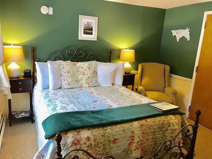 Room 102 Snowflake Room at White Horse Inn