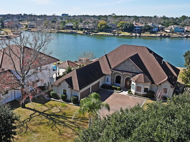 Wow Factor! Deluxe Lake Front In Gated Community.