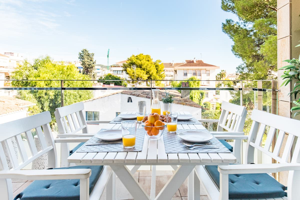 Charming Sunny Apartment Minutes Away from the Beach