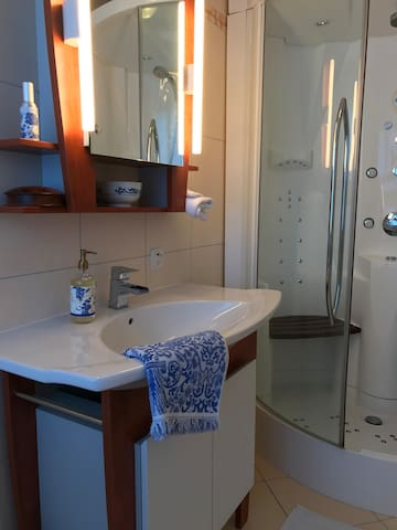 Combined shower and Hammam with Place for two in the en- suite bathroom