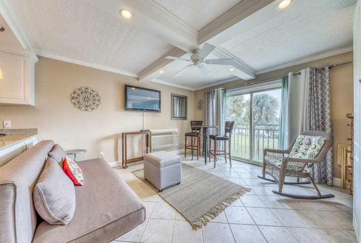 Studio condo w/ a full kitchen, shared pool access, & tennis courts