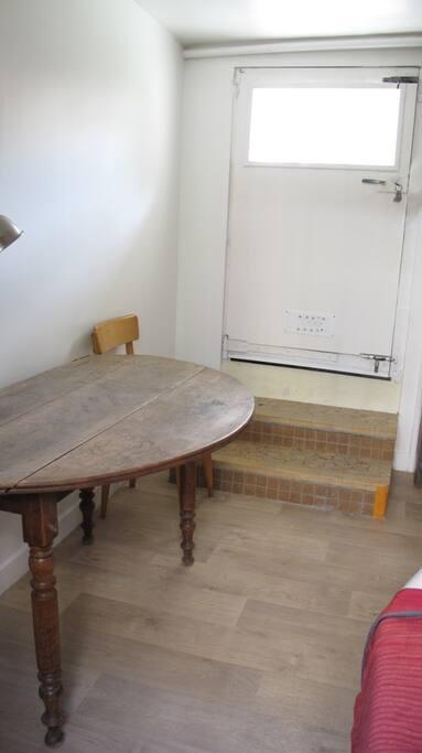 Une table en bois rustique.