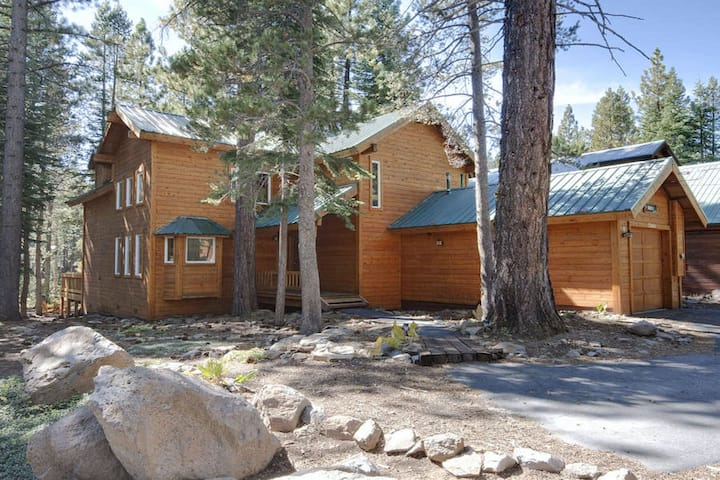 Family friendly cabin w/ a private hot tub & access to a shared pool, tennis