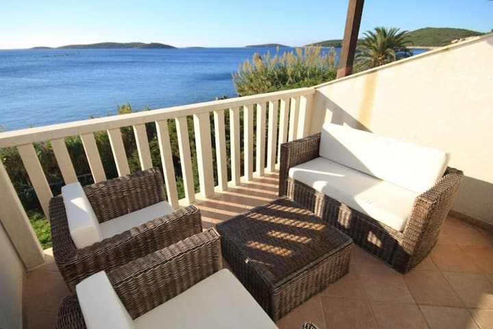 One bedroom apartment near beach Milna, Vis (A-8946-a)