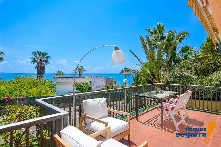 Large villa with barbecue 50m from the beach!