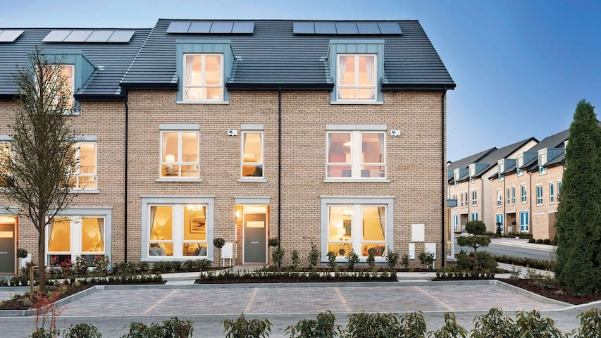 Luxury South Facing Family Home in Dún Laoghaire - Dublin - House