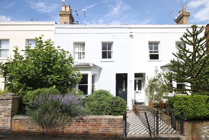 Single room in lovely town house - Winchester - Huis