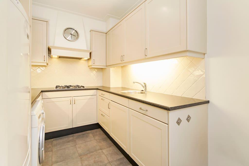 Moderne keuken met alle faciliteiten (wasmachine, wasdroger, koelkast, diepvries, magnetron, nespresso apparaat