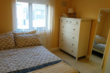 Double room, quiet area close to city centre & UCD - Dundrum - House - 1
