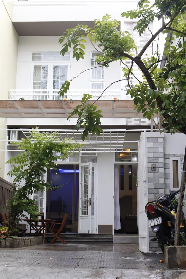 Ngôi nhà có không gian riêng, khu vườn yên tĩnh, cây mát mẻ, bãi đậu xe thuận tiện