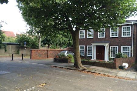 SANITISED 5* LONDON 5/6 BED HOUSE! GARDEN/PARKING!
