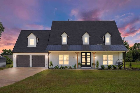 Exceptional 4bd Home - Perfect for Entertaining